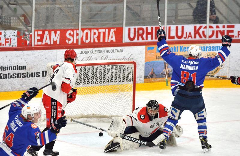 Eetu Tervala (vas.) palkittiin lauantain pelissä JHT:n pelaajista.