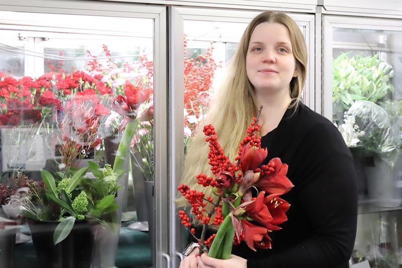 Saija Laurila-Aitto-oja kertoo, että uniikit, sidotut joulukukkakimput ovat suosittuja joulukodissa. Ne haetaan juuri ennen joulua.