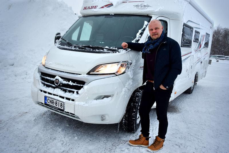 Johanneksen syksyyn on kuulunut sahaaminen edestakaisin pitkien välimatkojen Suomea. Hommaa helpottaa vähän sponsorilta käyttöön saatu asuntoauto, jossa oma pukuhuone ja yöpaikka kulkevat mukana.
