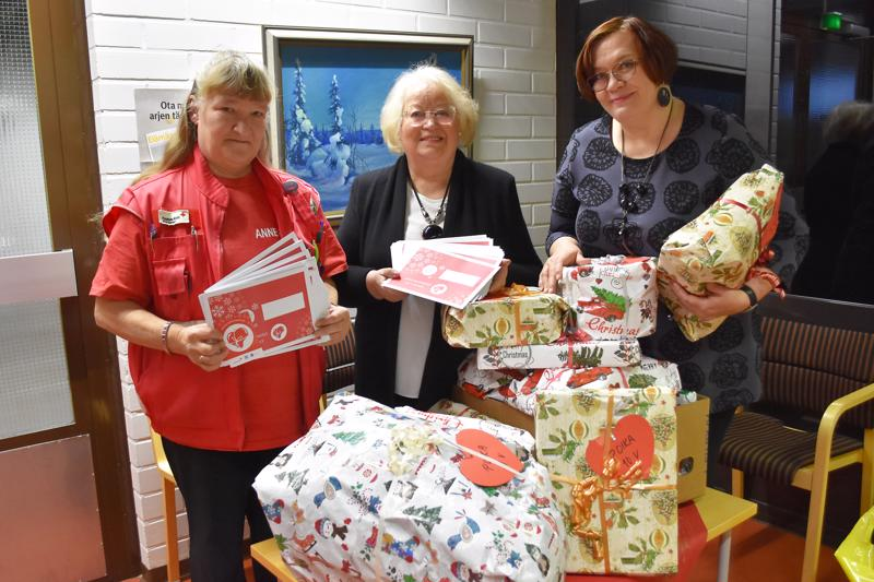 Anne-Maarit Hintikka SPR:n ja Anja Tallgren MLL:n paikallisosastoista toimittivat Hyvä mielen joululahjakampanjan lahjakortit sosiaalitoimistoon. Joulupaketit ovat lahjoituksia, joita ihmiset ovat tehneet Leijonien Joulupuu-keräykseen Halpa-Hallissa. Johtava sosiaalityöntekijä Sirpa Salmivaara pitää järjestöjen kautta tulevia lahjoituksia tärkeänä kädenojennuksena apua tarvitseville.