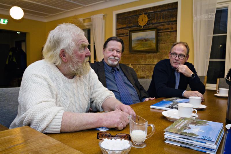 Esa Pirkola ja moni muu saarelainen auttoi kirjan teossa, Lauri Tuomi-Nikula ja Aki Paavola haluavat kiittää projektissa avustaneita.