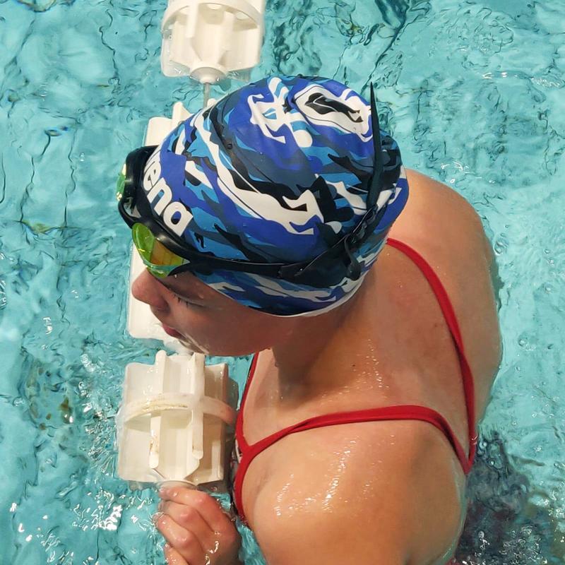 Tiia Mielosella riittää motivaatiota harjoitella ja kehittyä yhä paremmaksi uimariksi. Jo nyt hän kuuluu kilpaillussa lajissa ikäluokassaan maan parhaiden joukkoon.