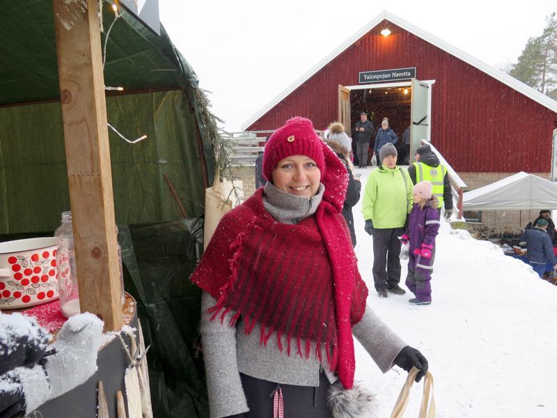 Talonpojan Navetan joulumarkkinat järjestetään nyt kuudetta kertaa. Kuvassa Katja Palosaari viime vuoden tapahtumassa.