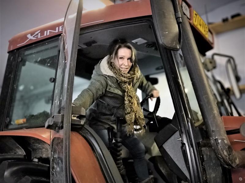 Laura Mattila rakastaa maaseudun rauhaa, laajoja peltoaukeita ja ikimetsiä.  - Ja vihdoinkin saan ajaa traktoria!