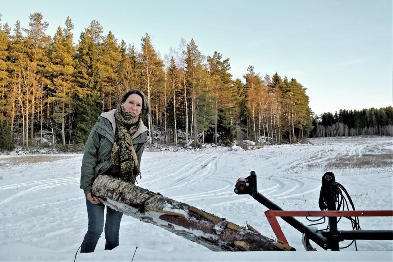 Klapeja kuluu  sylikaupalla, sillä talo lämpenee pelkästään puilla.–Kylmällä säällä halkoja menee kuution verran viikossa, kertoo Laura Mattila.Polttopuut haetaan omasta metsästä. Puut käydään kaatamassa talvella, keväällä ne haetaan metsäkärryllä ja käsitellään traktorivetoisella klapikoneella.
