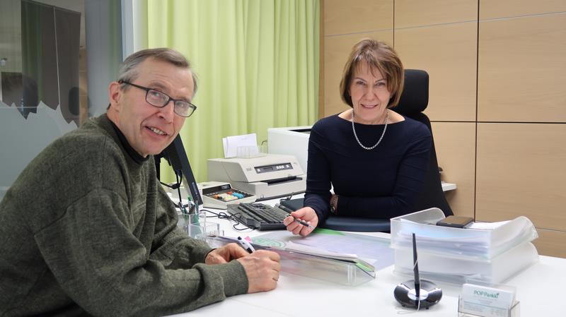 POP Pankki Nivalan Järvikylän Osuuspankki on mielellään tukemassa Nivalassa järjestettävää maakuntaviestiä, toteaa pankinjohtaja Eija Rajaniemi Nivalan Urheilijoiden hiihtojaoston puheenjohtaja Juhani Kumpusalolle.