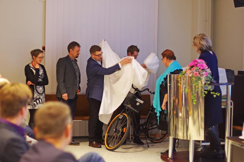 Polkupyörä oli Nivalan kaupunkikonsernin lahja eläköityvälle Kaisa Liinamaalle.