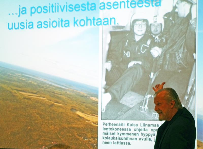 Juhlan yllätys oli Hannu Hartikaisen kokoama kuvasarja yhteisestä harrastuksesta, laskuvarjohypystä.