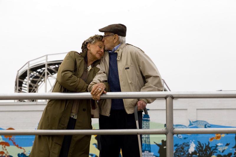 Cloris Leachman, 81, ja Eli Wallach, 92, kaupunkiromanssissa.