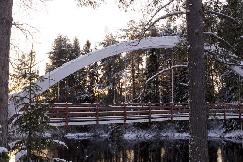 Lemmensilta yhdistää Karjalahdenrannan ja Ylipään kylät. Kylien välissä virtaavat Kalajoen alkukilometrit.