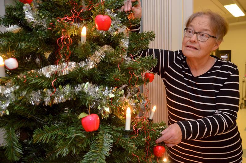 Anja Mattila kertoo, että muovikuusi kuuluu huomaavaiseen joulunviettoon, sillä aito kuusi voi aiheuttaa vakavia ongelmia tuoksuyliherkille ja astmaatikoillle.