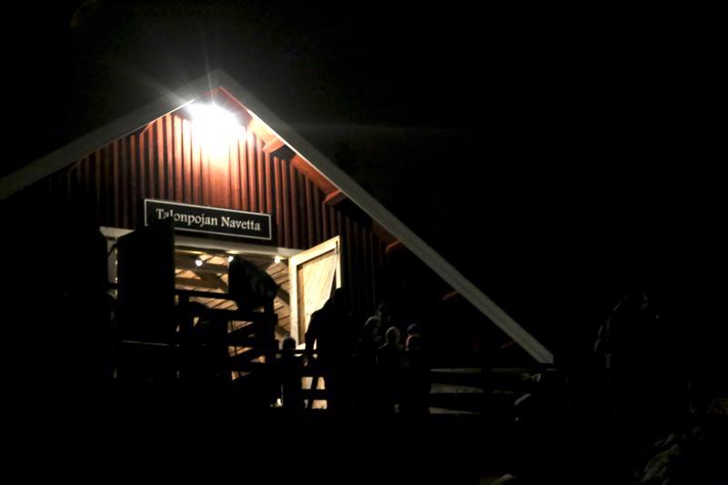 Talonpojan navetan ovet avautuivat joulumarkkinoille jo perjantai-iltana.