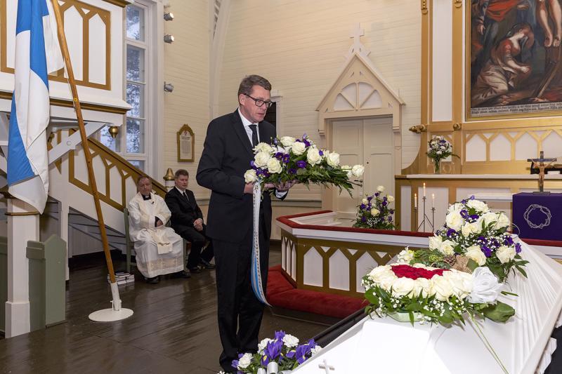 Eduskunnan puhemies Matti Vanhanen laski seppeleen kansanedustaja Antti Rantakankaan hautajaisissa Pulkkilassa.