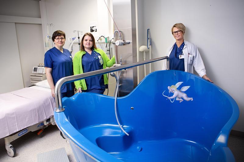 Kätilöt Marketta Malkamäki ja Saara Hopeavuori sekä ylilääkäri Charlotta Frostdahl ovat innoissaan Keski-Pohjanmaan keskussairaalan uudesta vesisynnytysmahdollisuudesta.