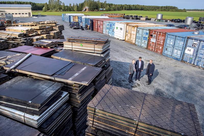 Suviseurojen tavarakontit saapuivat Reisjärvelle syksyllä. Reisjärven suviseurat tulevat olemaan viimeiset peltoseurat kun tapahtuma järjestetään jatkossa lentokentillä.