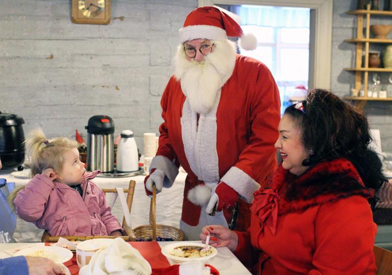 Viime vuonna Erin Kotanen pelkäsi joulupukkia, mutta tänä vuonna pukin tapaaminen vain hymyilytti häntä.