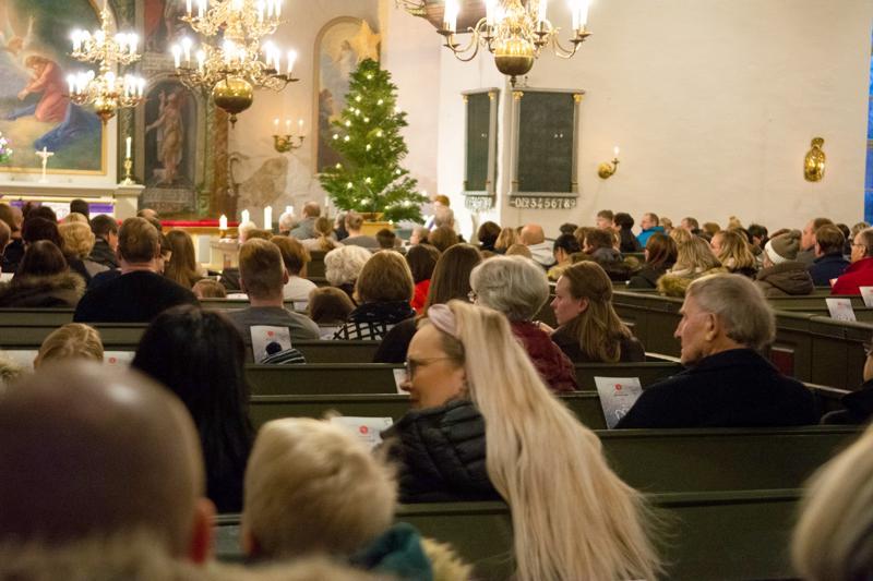 Kauneimmat Joululaulut perheille -tilaisuus keräsi runsaasti laulajia Kaarlelan kirkkoon eilen sunnuntaina.