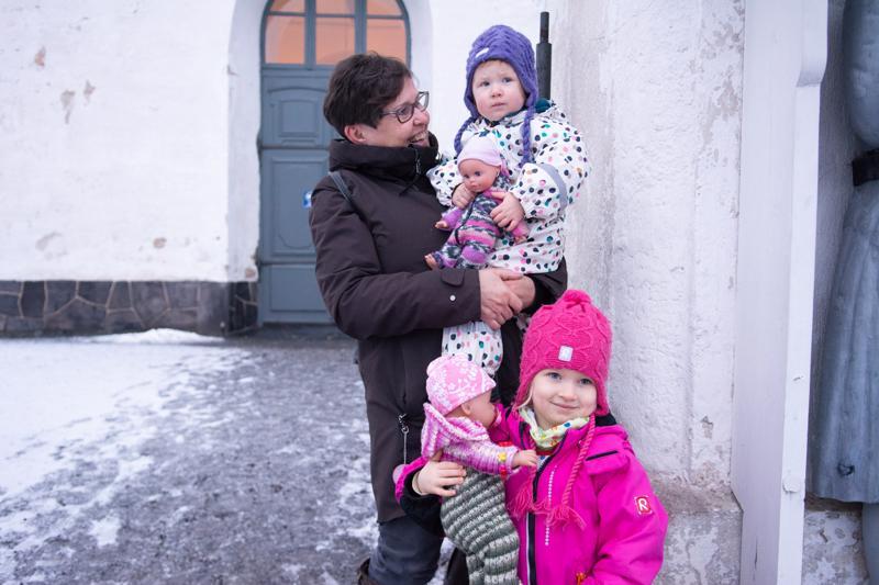 Miisa ja Alisa (sylissä) Sipilä olivat jättäneet vanhempansa tekemään joulusiivousta, ja lähtivät mummonsa Kristiina Sipilän kanssa laulamaan ja kuuntelemaan Kauneimpia Joululauluja.