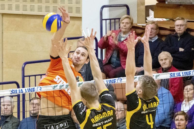 Loimun Tamir Hershko iskee ohi Rami Rekomaan ja Anton Välimaan torjunnan.