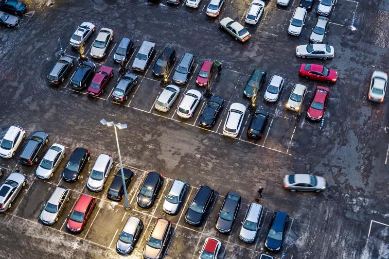 Tyypillisinen parkkipaikkakolari tapahtuu puutteellisen havainnoinnin seurauksena, kun pysäköintiruudusta peruuttava auto osuu pysäköintialueen käytävää ajavaan autoon.