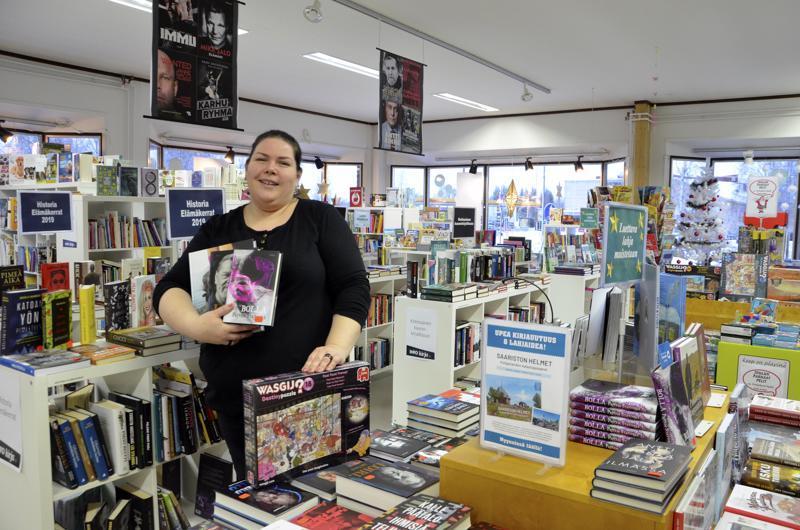 Ylivieskan ja Haapajärven Info-kirjakaupoissa on valmistauduttu jouluun jo keväästä lähtien. Ylivieskassa myyjänä työskentelee Anne Kortetjärvi (kuvassa) yhdessä myymälävastaava Piia Reposen kanssa.
