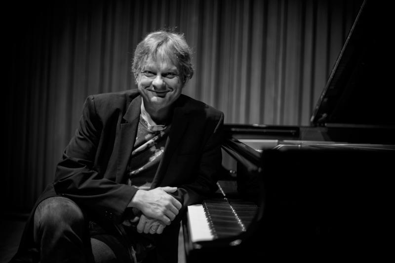 """Kansainvälisesti tunnettu pianisti-säveltäjä Iiro Rantala kertoo """"My Finnish Calendar"""" -konsertissa musiikillaan – ja välispiikeissä – miten suomalainen kokee vuodenaikojen muutokset."""