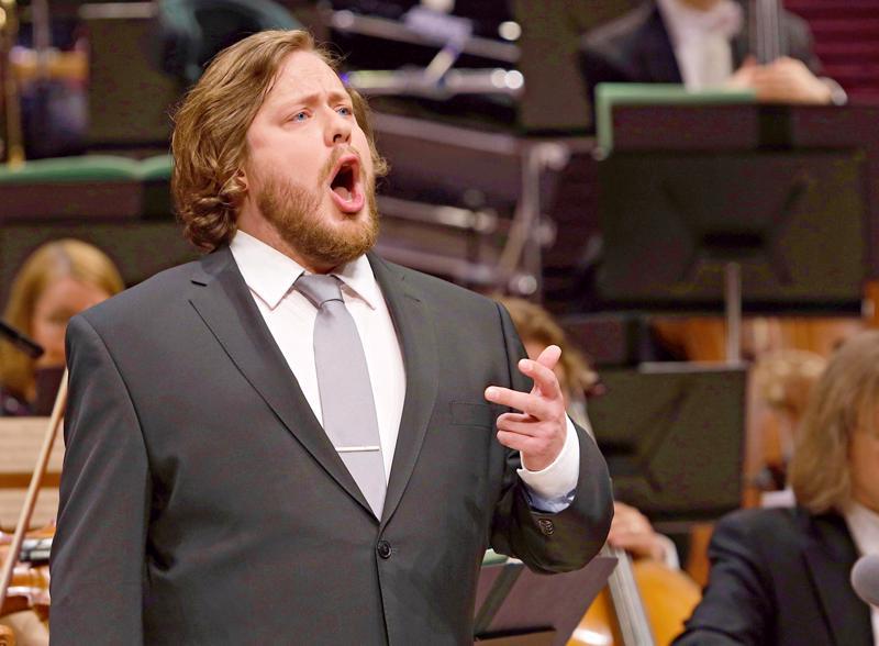 Jussi Juola laulaa joulukonserteissa Sibeliuksen viisi tunnettua joululaulua ja on lisäksi solistina kuorojen yhteisteoksessa Pyhä yö.