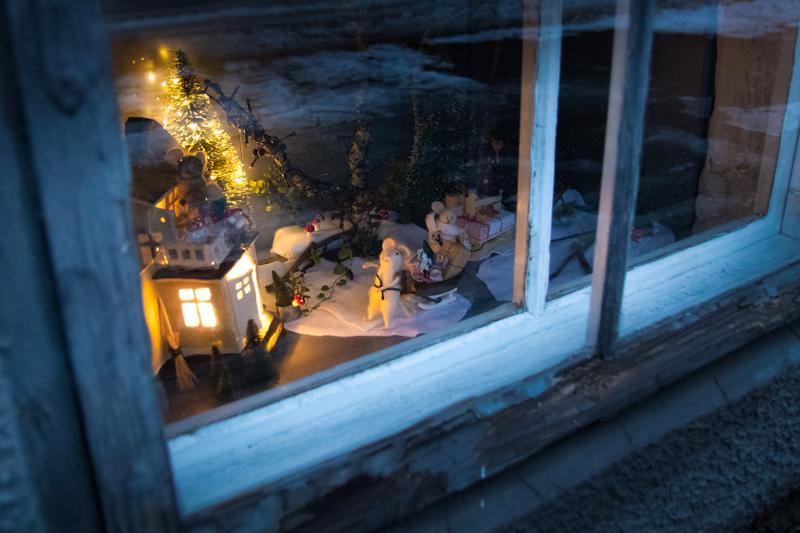 Jouluikkunat voivat olla kellarin tasossa tai sitten hieman korkeammalla, aina toisessa kerroksessa asti.