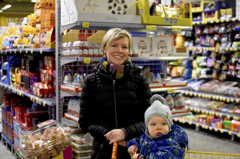 Saila Oinonen on jouluostoksilla Arvi-poikansa kanssa.