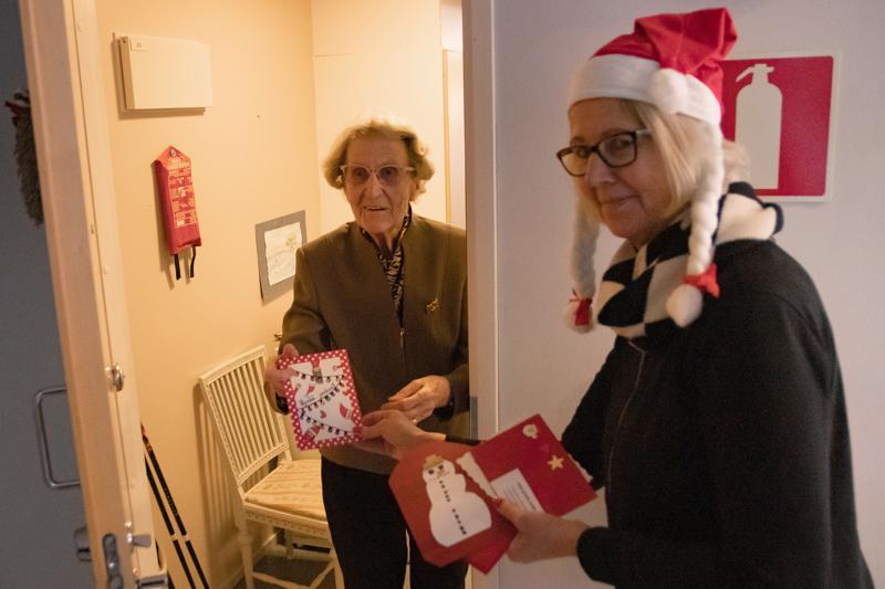 Joulukirjeet sisältävät terveisiä, runoja sekä kuulumisia. Joulutervehdyksen Siiri Karlssonille toi Helena Hilli.