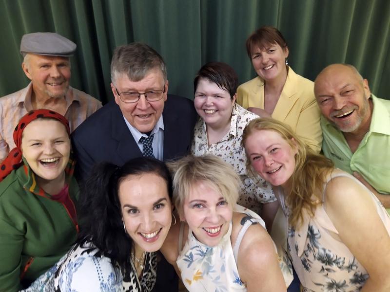 Salonkylässä esitetään kesällä 2020 Mennään mehtään eiku meshän -näytelmä, jossa lavalla nähdään yhdeksän eri roolihahmoa.