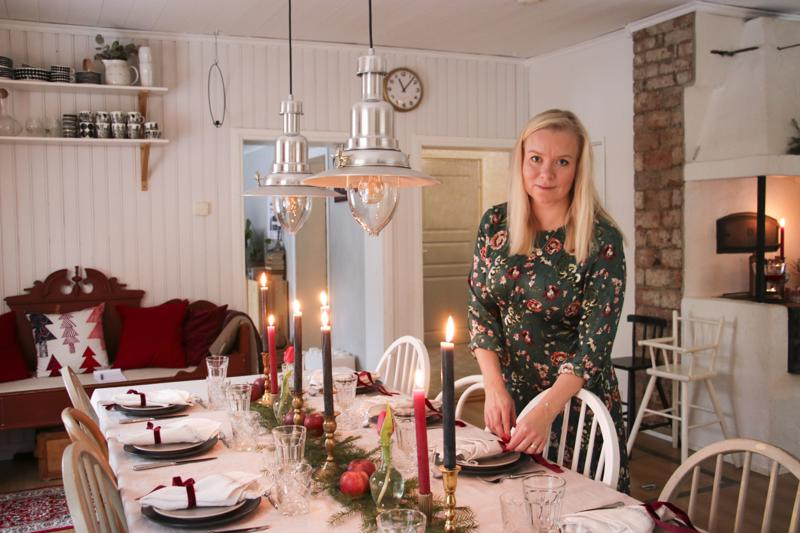 Jouluna Linda Antuksen perheen sukutalon pöytään kerääntyy paljon sukulaisia. Tunnelma ja koristelu on rentoa ja rustiikkista, ei liian sliipattua ja hienoa.