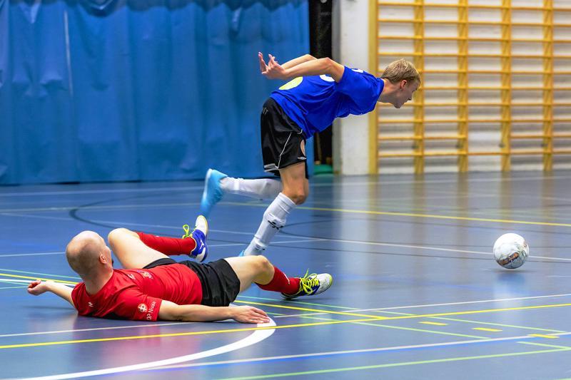 FC Folkin Miikka Koivu tietää: katse palloon ja tiukasti eteenpäin.