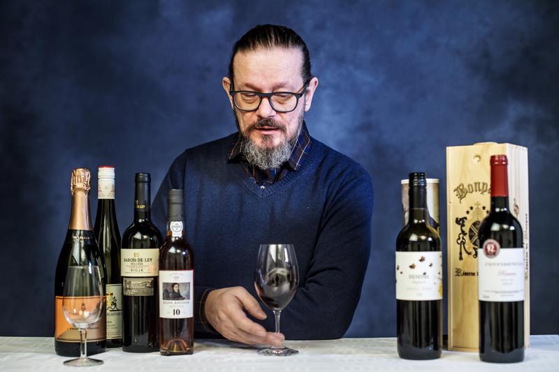 Kokkolalaisen viiniasiantuntijan Juha-Matti Anttilan valitsemat viinit päätyvät tänä vuonna joko oman perheen tai sukulaisten ja ystävien joulupöytään.