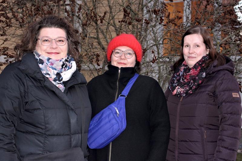 Pietarsaaren 29suomalaisen 29seurakunnan 29nuorisotyönohjaaja Taina Niinimäki (vas.), 29kirkkoherra 29Lotta Endtbacka ja nuorisotyön-29ohjaaja Jaana Sandvik kertovat, että kävijämäärän kasvattamiseksi 29tapaninpäivänä 29järjestettävää hartautta varten kokeillaan joka vuosi jotain uutta. Tänä vuonna 29tiedossa on 29kynttiläkirkko 29Johanneksen 29kappelissa.