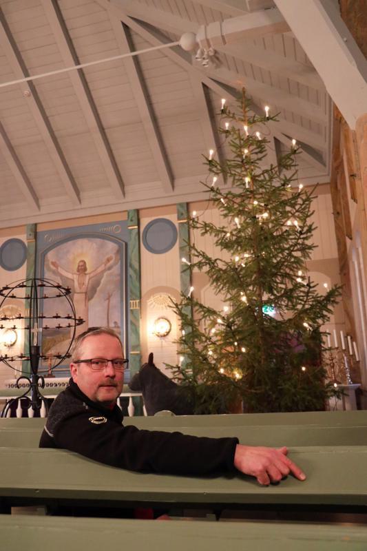 Perhon seurakuntamestari Hannu Hiekka on jo 30 vuoden ajan ollut hankkimassa Perhon kirkkoon aitoa kuusta.
