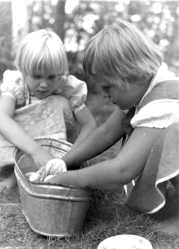 """Saaressa oli paljon lapsiperheitä ja lapsille kavereita. Kuvassa Kirsti Ittonen ja May Nyman """"pyykillä""""."""