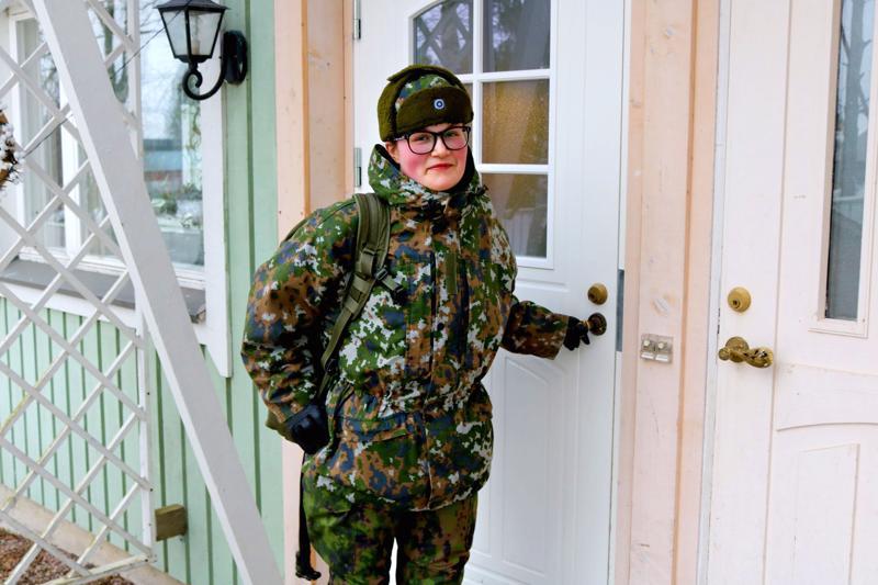 Annika Tuomaala aloitti Kainuun prikaatissa tammikuussa 2019. Kun haastattelu tehtiin huhtikuussa, hän kouluttautui sotakoiraohjaajaksi.