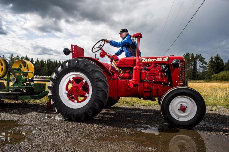 Raimo Takkunen maalautti ruskean Zetorinsa ferrarinpunaiseksi kuten vanhassa Pellervo-lehdessä kerrottiin Lieksaan saapuneesta traktorista.