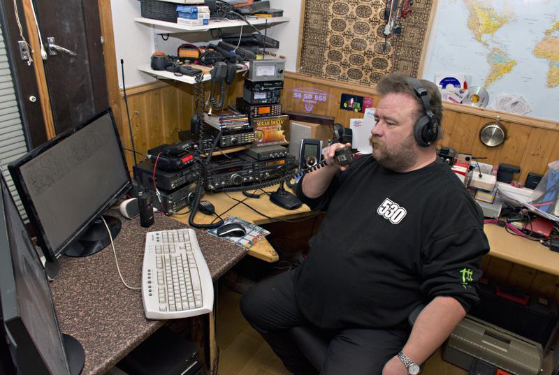 Hannu Tiluksen radiopöydällä on monenlaista radiota. LA-puhelimen kautta hän on ollut aalloilla jo 80-luvun puolivälistä lähtien.