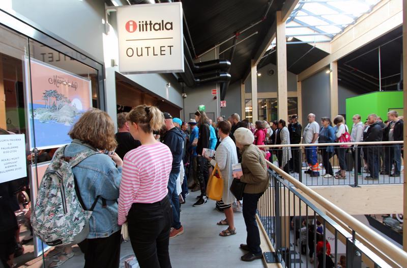 Viime vuonna Iittala Outletin edessä oli pitkä jono, kun liikkeessä myytiin Muumin päivä -mukia.
