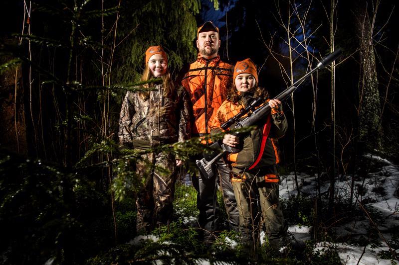 Teerijärveläisen Antti Pitkälammen perheessä metsästys on koko perheen harrastus. 11-vuotias Ada ja 8-vuotias Ina ovat olleet pienestä pitäen mukana hirvijahdissa.