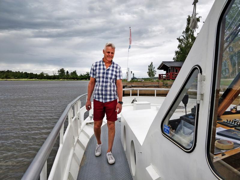 Uusi m/s Mässkär aloitteli ajoja mm. Mässkärin saarelle. Alus korvasi vesibussin, joka upposi meren pohjaan vuonna 2018 tapahtuneessa onnettomuudessa. Tässä on 52 matkustajapaikkaa, joista puolet aurinkokannella, loput sisätiloissa, esitteli Stefan Bredbacka kannella.