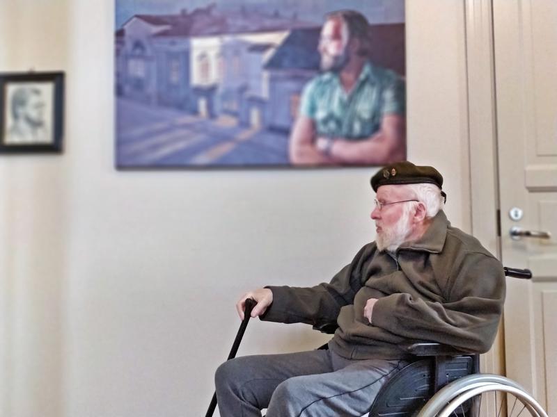 Kolme Pekkaa; omakuva, taiteilija Matti Saaren näkemys ja itse Pekka Toivanen. Pietarsaaren entinen museonjohtaja  täytti 80 vuotta 15. lokakuuta. Vaikka pyörätuolissa istui hiljainen mies, on sisäinen maailma sitäkin rikkaampi.