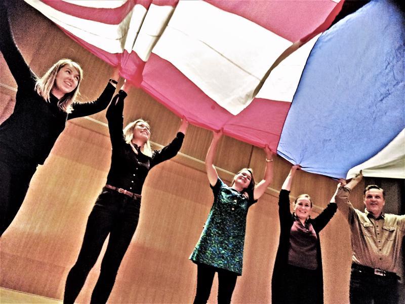 Mitä syntyy kun eri taidekasvattajat vetävät yhtä köyttä, kielirajojen yli ja vielä taiteen perusopetuksen uuden opetussuunnitelmankin hengessä? Vaikkapa Hokselipokseli Poloff -monitaideteos, ainakin kun asialla on Wava-opiston väki.  Kaksikielisen monitaideteoksen kantaesitys oli marraskuussa Schaumansalissa. Teos perustuu Jukka Itkosen kirjoittamaan lastenkirjaanTaikuri Into Kiemura. Oppilaita esitys kokosi estradin täydeltä mukaan yli kieli- ja ikärajojen, lavalla nähtiin  yli 70 iältään 9-19 -vuotiasta oppilasta. Purje oli yksi esityksessä nähtävästä lavastuksesta, jota tuulettivat lehdistötilaisuudessa tuottaja Fanny Sjöind, teatteriopettaja ja projektin taiteellinen johtaja Ida-Maria Rak, Balatakon opettaja Malin Simons, teatteritaiteen opettaja Jessica Riippa ja Wava-opiston apulaisrehtori Bo-Anders Sandström.