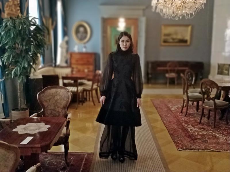 Razi Reazel oli yhtenä mallina esittelemässä pietarsaarelaisen Janet Lönnqvistin vaateluomuksia kaupunginmuseossa pidetyssä muotinäyttelyssä. Osa vaatteista jäi näytöksen jälkeen näytteille Malmin talolle.