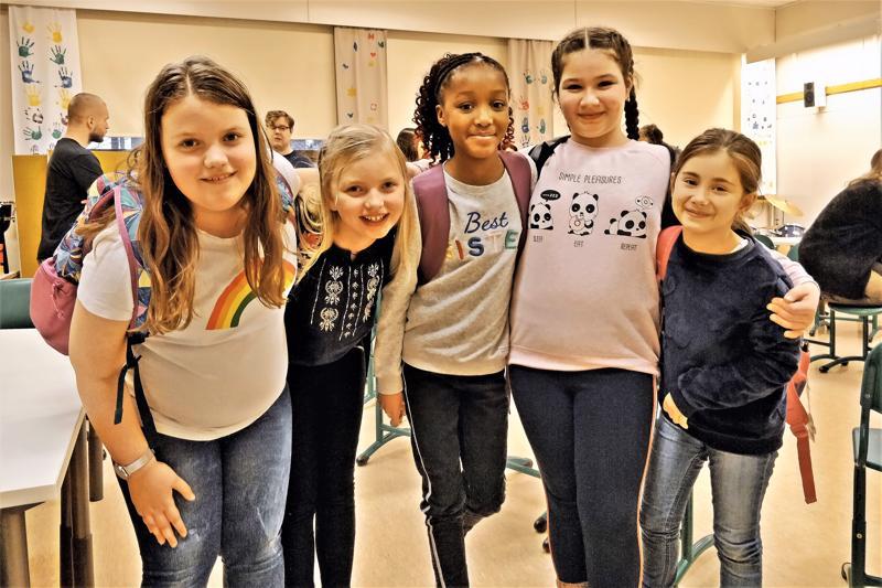 Keterin, Sofia, Necular, Sofia ja Sharia ja monet muut Itälän tokaluokkalaiset viihtyvät koulun uudessa musakerhossa, jota pyörittää Wava-opisto Helena Rannalta ja Monica Armourin lahjoittamilla varoilla.