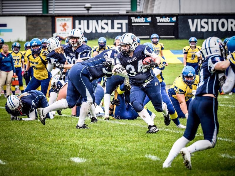 Tytti Kuusinen (nro. 34 kuvassa) pelaa amerikkalaista jalkapalloa keskushyökkääjänä.