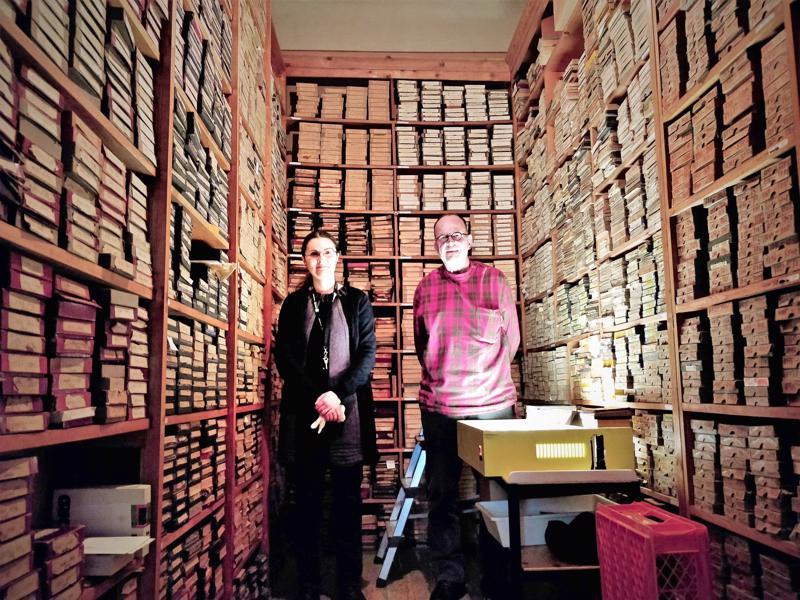"""Varhaiset valokuvaustekniikat ja niiden avulla ikuistetut kuvat olivat pääosassa Pietarsaaren kaupunginmuseon näyttelyssä keväästä aina elokuulle asti. Kun teemaksi valittiin """"oikein vanhat kuvat"""" oli mukaan pääsevien valokuvien ja esineistön valinta helppo. Vain murto-osa huimasta 500 000 kappaleen kuva-arkistosta näet edustaa historian ensimmäisiä, menestyksekkäästi toteutettuja valokuvauksellisia prosesseja. Vanhoja kuvia on aikoinaan kulkeutunut Pietarsaareen asti mm. merimiesten matkassa. Valokuva-amanuenssi (v.t.) Silvia Rinne valokuva-assistentti Jens-Ole Hedman arkistojen kätköissä."""