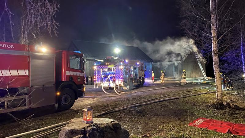 Luodossa maanantaina sammutettu tulipalo heräsi kytemään uudelleen uudenvuodenaattona alkuillasta. Kuva on maanantailta, jolloin pelastuslaitokselta oli paikan päällä viisi pelastusyksikköä.